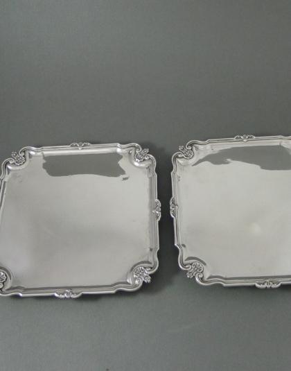 Paar zilveren presenteer schalen