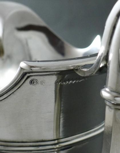 Zilveren helmvormige kan