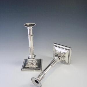 Paar zilveren kandelaars