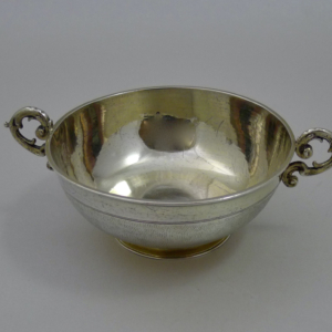 Verguld zilveren kom met twee oren